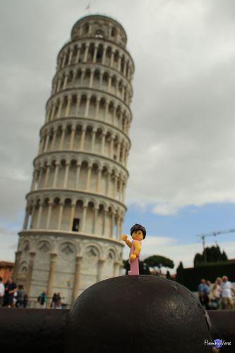 Quand une figurine Lego© retient la tour de Pise d'un seul bras...